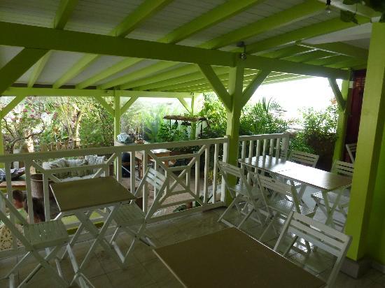 Ti Paradis: terrasse et salon exterieur