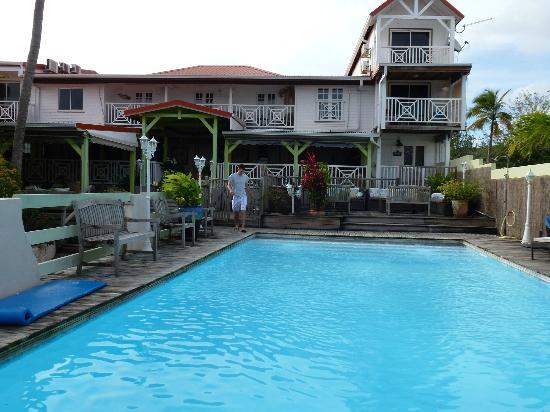 Ti Paradis: vue de la maison côté piscine