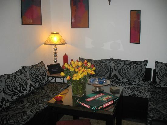 Riad Dar Khmissa: Un coin du Salon