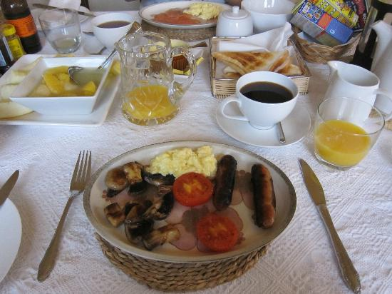 Woodlands Bed & Breakfast: Full English breakfast, with fruits and toast and cereals