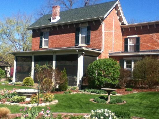 Aldrich Guest House: Gardens during spring