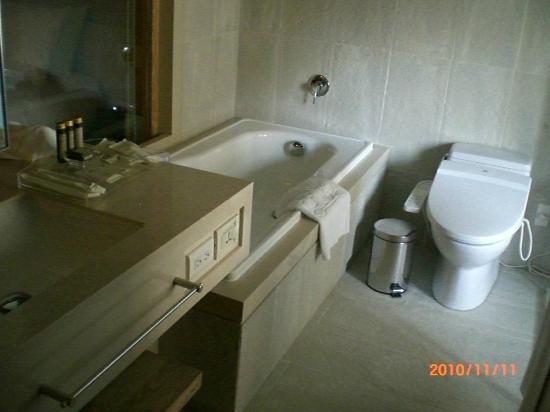 Gloria Residence : Bathroom - tub and toilet