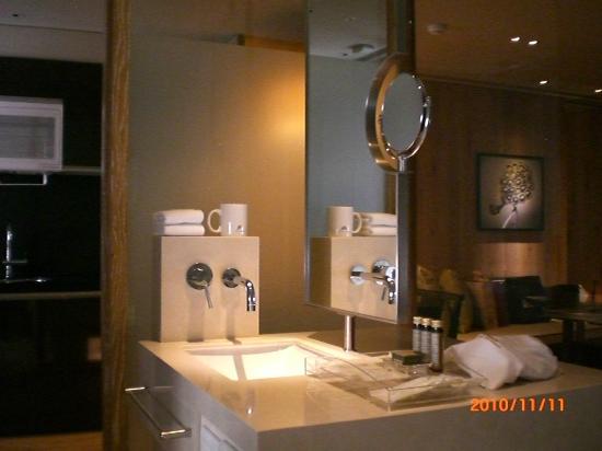 Gloria Residence : Bathroom - sink area
