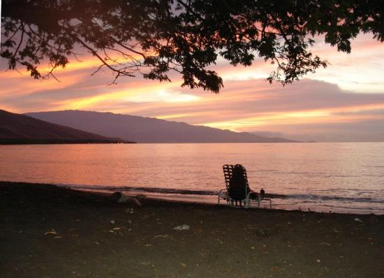 Camp Olowalu : Sunrise on the beach, 20 feet from our cabin!