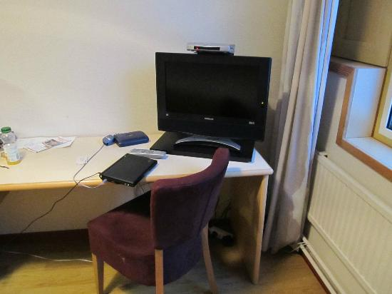 Hotel Rantapuisto: tv and desk