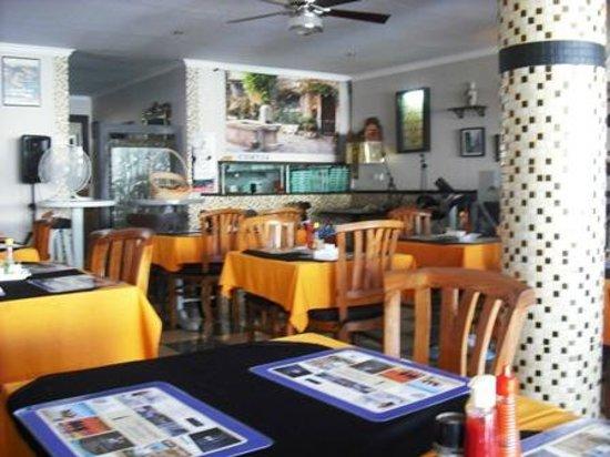 Chez Raymond: Bistro style seating