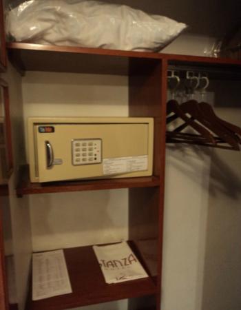 Hotel Stanza: Clóset y caja de seguridad