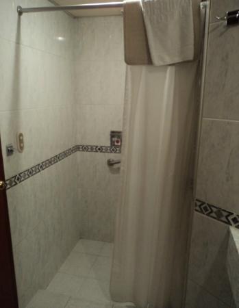 Hotel Stanza : Regadera y amenidades