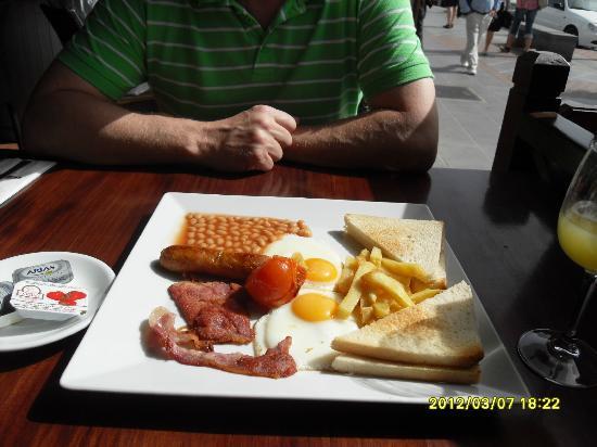 Apartamentos Los Tulipanes: seaside breakfast, only 2 euros!