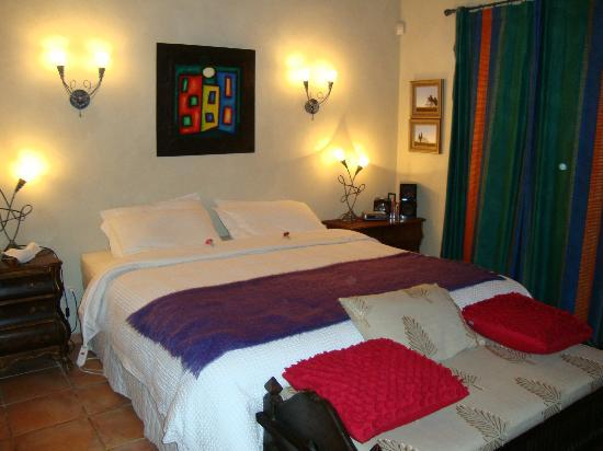 Antria Boutique Lodge: Lovely Artwork and Bedroom