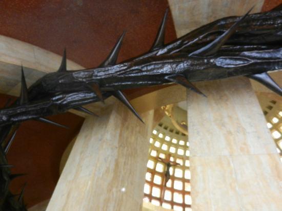 Monumento a Cristo Rey: Crown