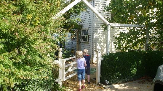 Carrelly Garden Accommodation: Cottage entrance