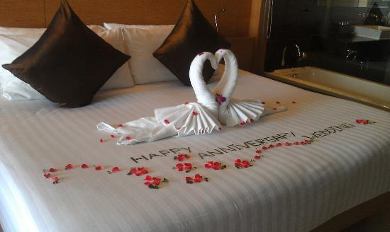 Anniversary bed decoration picture of novotel phuket for Bed decoration anniversary