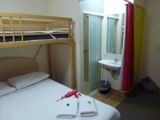 Ibis Budget Melbourne CBD: Cama y baño