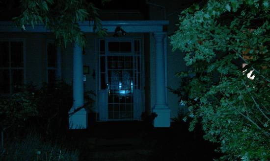 Belgravia Bed and Breakfast: Dark entrance no one was in attendance