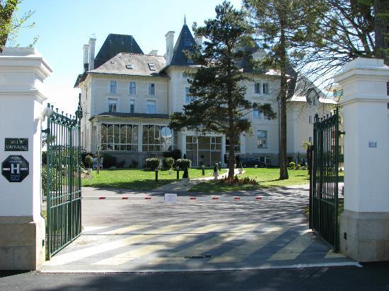 Hôtel Villa Caroline : Entrée de l'hotel côté rue