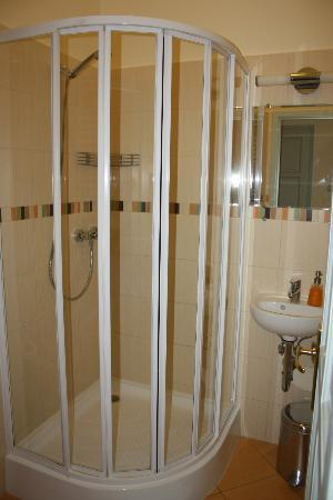 Budapest Rooms: la ducha del baño