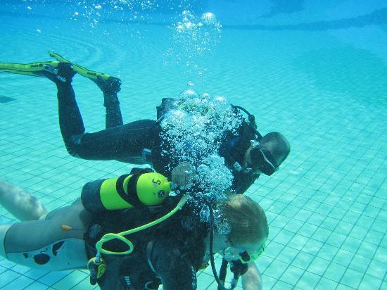 Mercure Hurghada Hotel: Schnuppertauchen im Pool mit Lehrer