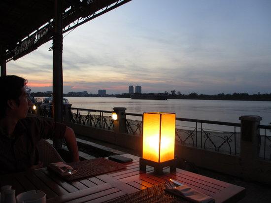 blu bar & grill : Sunset at Blu