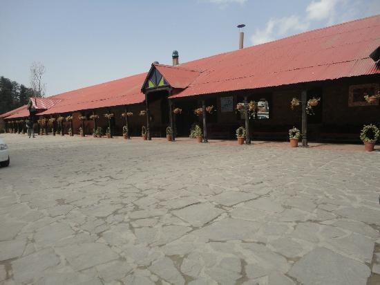 Shangrila Resort Hotel Murree Hills: Outside view of rooms