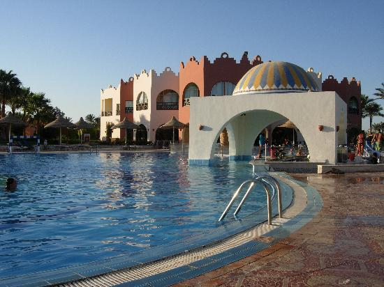 Nubian Village Hotel: Bar dentro piscina
