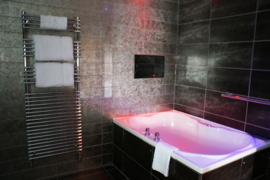 Cartmel bathroom picture of windermere suites for Best bathrooms rugeley