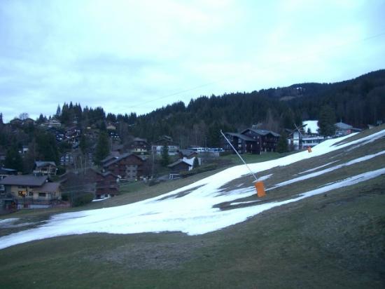 CGH Résidences et Spas Les Chalets de Jouvence : Ski-in ski-out slope (lift closed due to lack of snow)