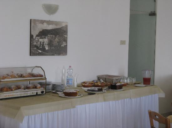 Albergo Esperia: Bouffet della colazione ricco e varigato.