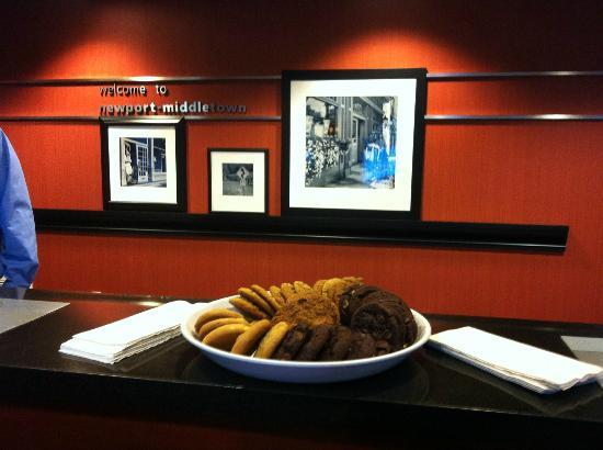 Hampton Inn & Suites Newport/Middletown: Fresh baked cookies!