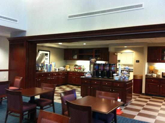 Hampton Inn & Suites Newport/Middletown: Breakfast buffet area.