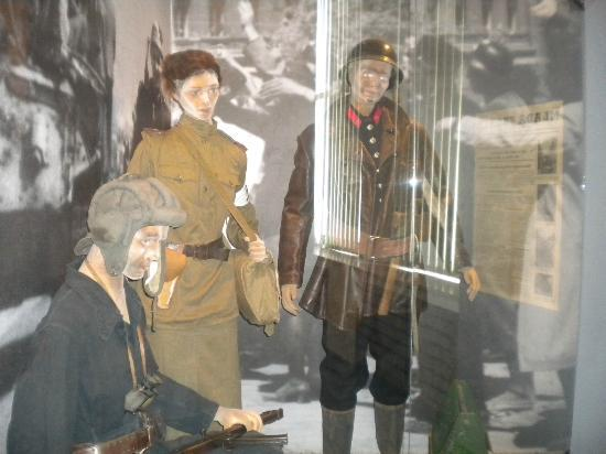 Army Museum Zizkov : Cheap solutions for display figures..but quality costs money of course