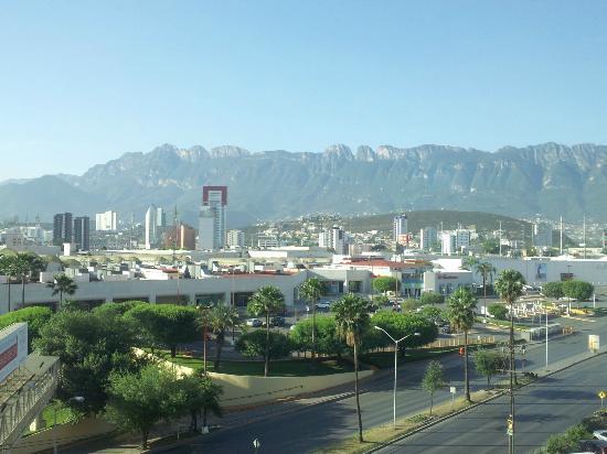 Four Points Monterrey Linda Vista: Sierra Madre Mountains