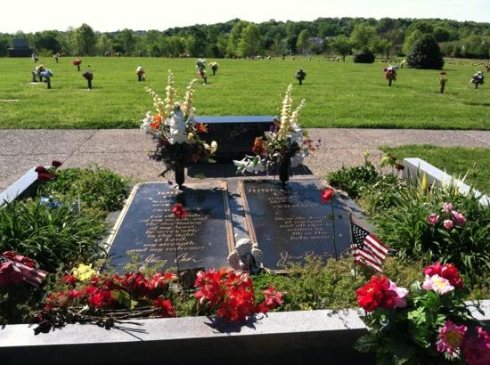 Bobby Green's Good Ole' Nashville Tour: Johnny and June Cash's graves