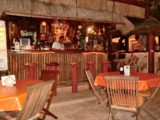Cocos Cabanas: Quaint bar area