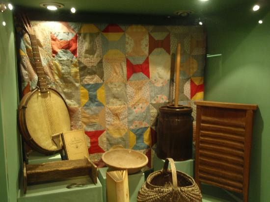 Shiloh Museum of Ozark History: Folk life in the Ozarks display