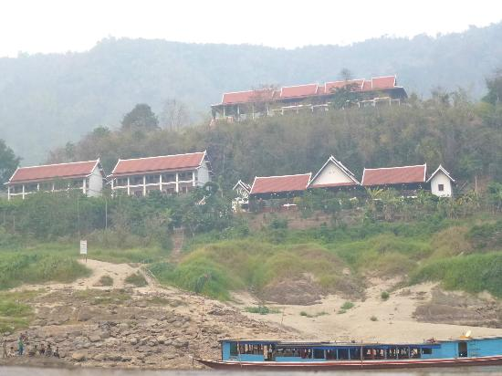 Santisouk Guesthouse : Il complesso dell'hotel visto all'arrivo dal fiume Mekong