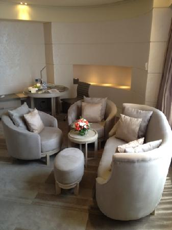 Hotel Nikko Saigon : sofa and table in common area