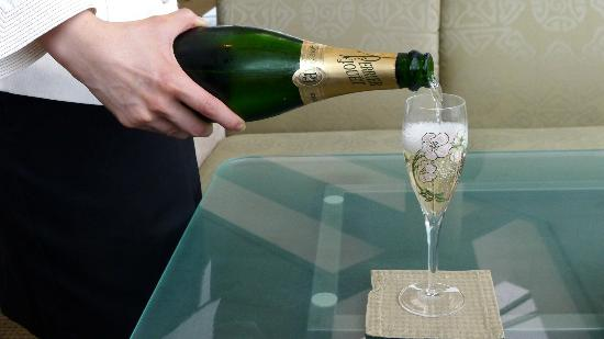 Lobby Lounge (InterContinental Hong Kong): Champagne pouring during High Tea