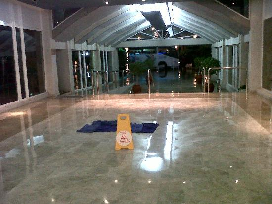 Aguamarina Golf Hotel : Goteras en la propia entrada, imaginate dentro