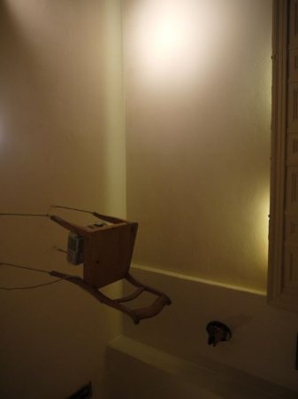 Lebensmittel in Mitte: Novel way to put up a projector