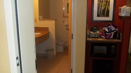 Courtyard by Marriott St. Augustine I-95: Bathroom/Mini Refrig