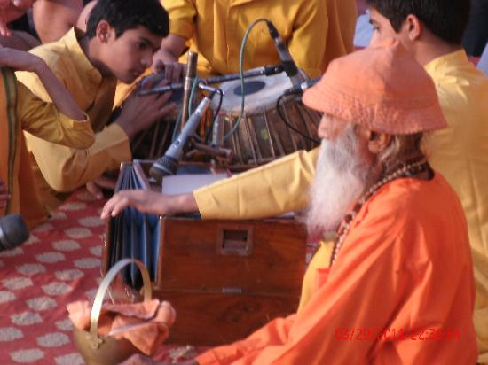 Ganga Aarti at Triveni Ghat : das Aarti beginnt