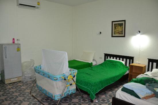 Dengs Kamala Resort : rum på guesthouset.