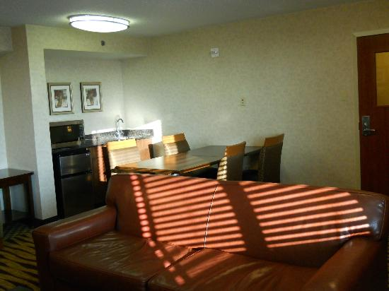 """Holiday Inn Express Baltimore at the Stadiums : """"Priority Club"""" Lounge"""