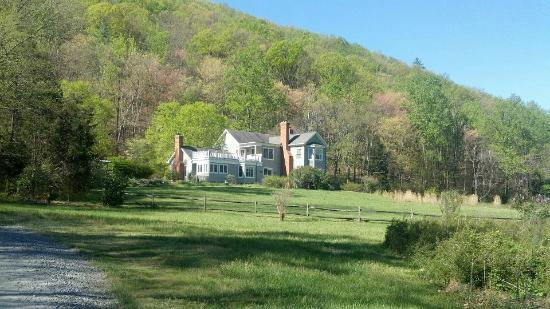 The Inn at Sugar Hollow Farm: View driving into the Inn