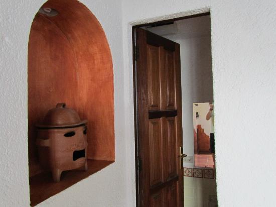 Hotel Palacio de Dona Beatriz: Half bathroom by dining room.