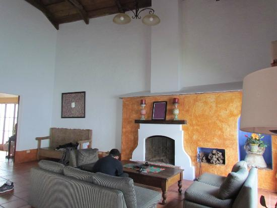 Hotel Palacio de Dona Beatriz: Living room and fireplace