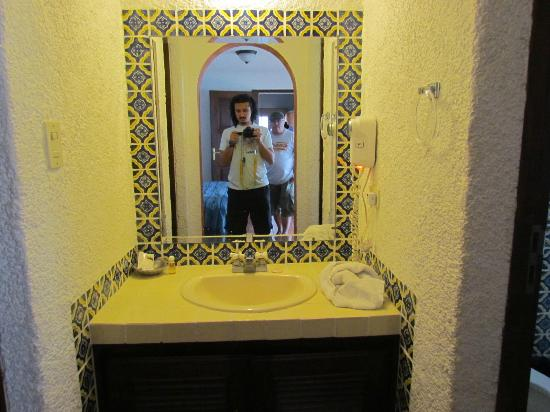 Hotel Palacio de Dona Beatriz: Master bathroom sink