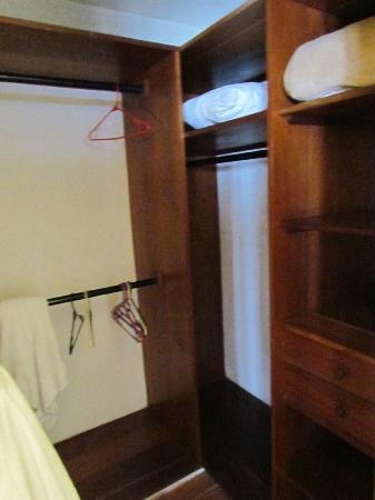 Hotel Palacio de Dona Beatriz: Master bedroom closet