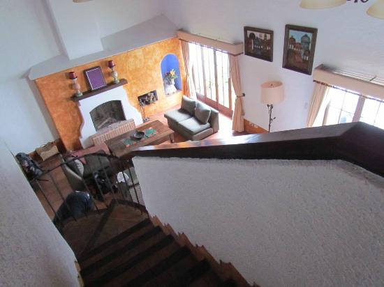 Hotel Palacio de Dona Beatriz: Looking down on the living room from upstairs bedroom.